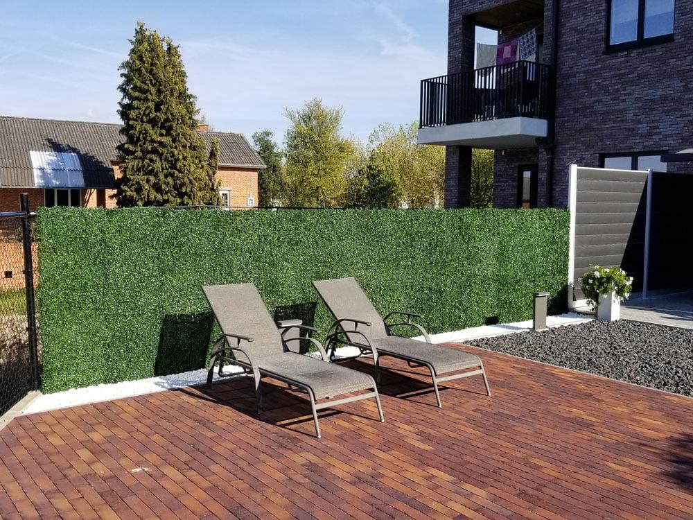 Kunsthaag-buxus-op-hekwerk-in-tuin