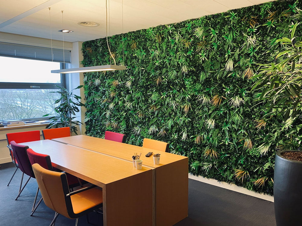 Dempen kantoorgeluiden. Kunsthaag vegetatie Jungle wit varen op kantoor